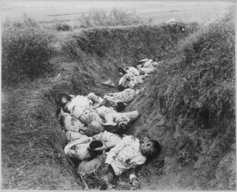 Dead Filipinos in a trench during the Phillipine-American war (1899 - 1902). Source: Wikimedia Commons.